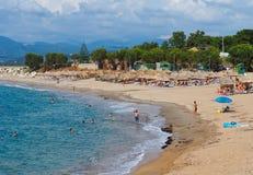 Nageant à la plage de Kyparissia, Péloponnèse occidental, Grèce photo stock