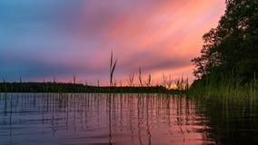 Nagedacht in het vlotte water van de meerwolken bij zonsondergang Kleurrijk landschap, achtergrondonduidelijk beeld stock foto