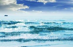 Nagedacht van zonlicht op turkooise golven royalty-vrije stock foto's