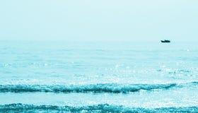 Nagedacht van zonlicht op turkooise golven stock foto