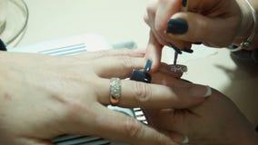Nagel art Manicure het maken stock footage