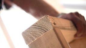 Nagel-Gewehr-Holzarbeit Hammer auf dem Fenster stock video footage