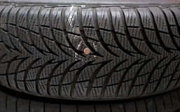 Nagel im Reifen stockbild