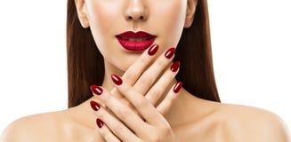 Nagel-Lippenfrauen-Schönheit, vorbildliches Face Makeup, roter Lippenstift bilden stockbilder