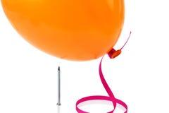 Nagel ungefähr, zum eines Ballons zu knallen Stockfoto