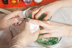Nagelband som klipper closeupen royaltyfri fotografi