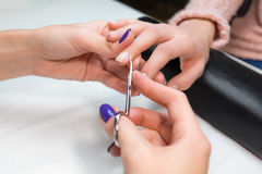 Nagelbandurklipp som klipper hudmanikyrbehandling Arkivfoto