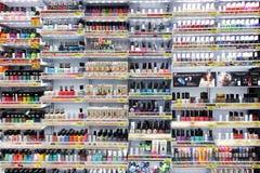 Nagelfarben im Kosmetikshop Stockbild