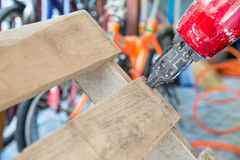Nagelgewehr, das benutzte hölzerne Paletten des Stuhls ist Lizenzfreie Stockbilder