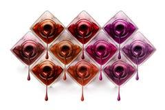 Nagelkunst mit den Flaschen, die metallischen Lack tropfen Lizenzfreie Stockbilder