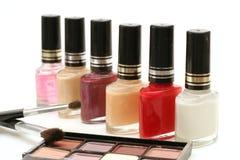 Nagellack u. Kosmetik w/brushes Lizenzfreies Stockfoto