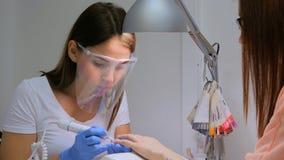 Nagelmeister entfernen Nagellack im Schönheitssaal Stockfoto