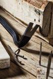 Nageln für den Abbau von Holzbauweisen Stockbilder