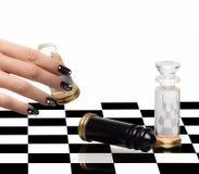 Nageln Sie Kunst Maniküre und Schach stockfotos