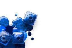 Nageln Sie Kunstkonzept mit einer obenliegenden Ansicht von drei Nagellack bottl Stockfotos