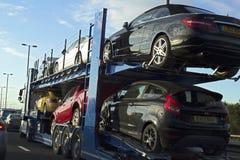 Nagelneue Autos, die im Straßenverkehr befördert werden 07 08 2015 Stockfoto