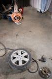 Nagelneue Bremsscheibe auf Auto in einer Garage Automechanikerreparatur Lizenzfreies Stockfoto