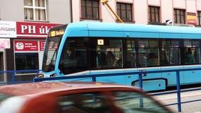Nagelneue Tram Stadler-Tangos NF2 von DPO-Firma schnell fahrend in Ostrava-Straßen stock footage