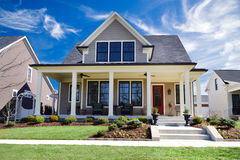 Nagelneues kundenspezifisches Trachtenmode-Haus mit großen Front Porch und einer schönen Landschaftsgestaltung Lizenzfreie Stockfotos