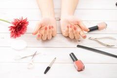 Nagelpflege und Maniküre Schöne weibliche Hände mit Nagellack lizenzfreie stockfotos