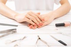 Nagelpflege und Maniküre Schöne weibliche Hände mit Nagellack stockfotos