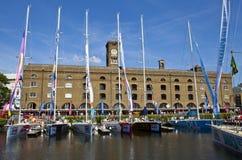 Nagelsax som förtöjas på St Katherine Dock i London Arkivbilder