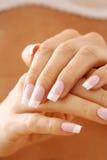 Nagelsorgfalt. Weibliche Hände lizenzfreies stockfoto