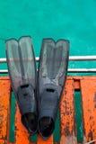 Nageoire sur le bateau images libres de droits