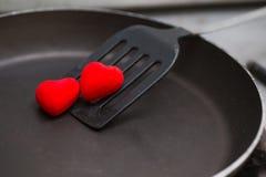 nageoire utilisée en faisant frire avec la casserole et le coeur Photos stock