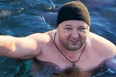 Nageur d'hiver dans l'eau avec de la glace Photos stock