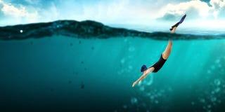 Nageur dans les nageoires Media mélangé illustration de vecteur