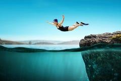 Nageur dans les nageoires Media mélangé illustration stock