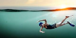 Nageur dans les nageoires Media mélangé image stock