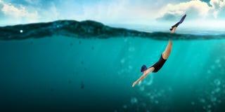 Nageur dans les nageoires Media m?lang? photos stock