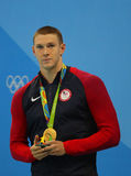 Nageur olympique Ryan Murphy de champion des Etats-Unis pendant la cérémonie de médaille après le dos crawlé du ` s 100m des homm photos libres de droits