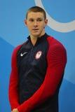 Nageur olympique Ryan Murphy de champion des Etats-Unis pendant la cérémonie de médaille après le dos crawlé du ` s 100m des homm image libre de droits
