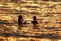 Nageurs dans le lac Huron au coucher du soleil Images stock