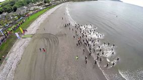Nageurs dans le triathlon de festival de Dalriada dans Glenarm Co Antrim Irlande du Nord photographie stock