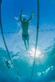 Nageurs s'exerçant sous l'eau Photographie stock