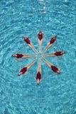 Nageurs synchronisés formant un cercle image libre de droits