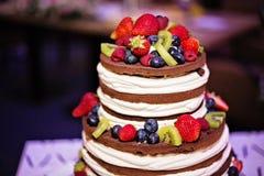 Nagi ślubny czekoladowy tort nakrywający z jagodami Obrazy Stock