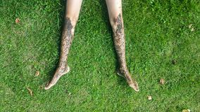 Nagi brudzi nogi na trawie Zdjęcia Royalty Free