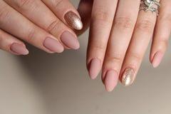 Nagi manicure w różowych cieniach fotografia royalty free
