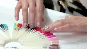 Nagi manicure z czerni koronką zdjęcie wideo
