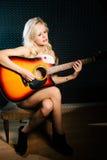 Nagi muzyk - kobieta Z Acustic gitarą Obrazy Stock