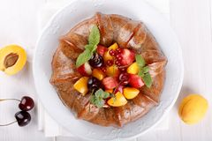 Nagi tort derorated świeża owoc i jagody obraz royalty free
