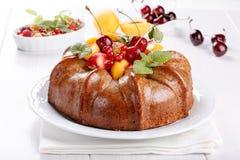 Nagi tort derorated świeża owoc i jagody zdjęcie royalty free