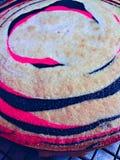 Nagi Waniliowej fasoli tort z menchii i czerni lampasami obrazy royalty free