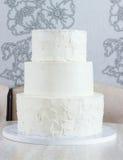 Nagi wielopoziomowy tort bez ornamentów na stole obrazy stock