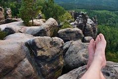 Nagie męskie przepocone długie nogi na szczycie ostrze kołysają nad dolina Obrazy Stock